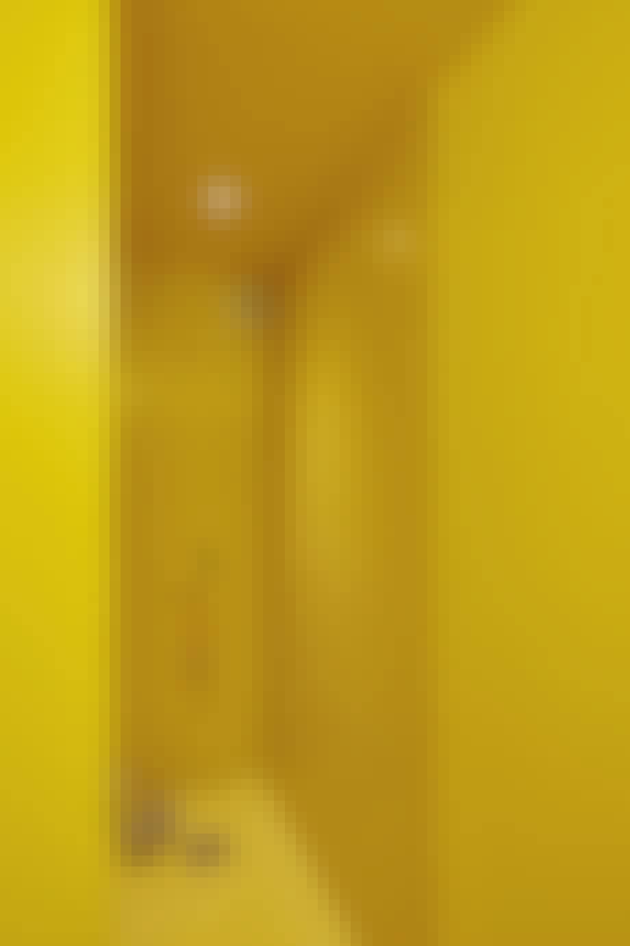 Et skrigende gult badeværelse