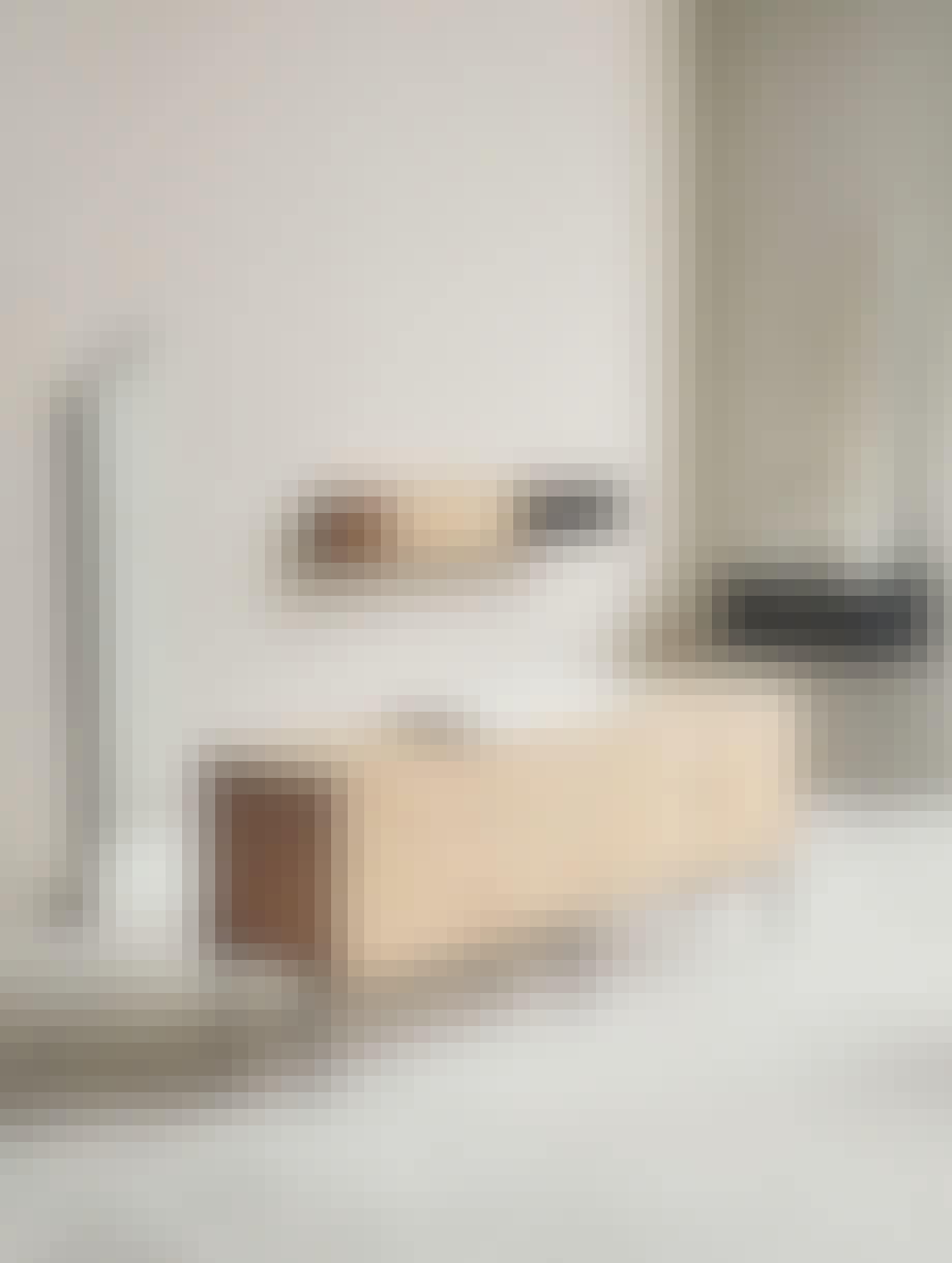 Væghængt møbel i sildeben fra Bolia