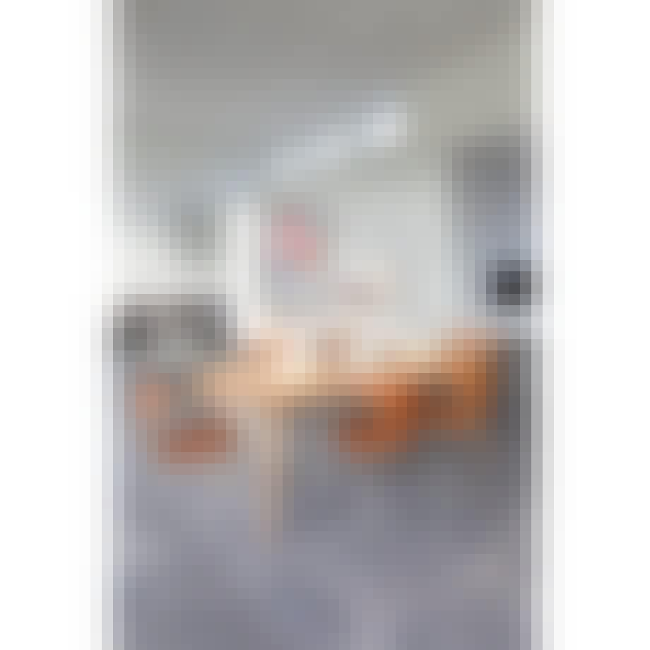 Rundt, rustikt spisebord fra Ilva med tillægsplader