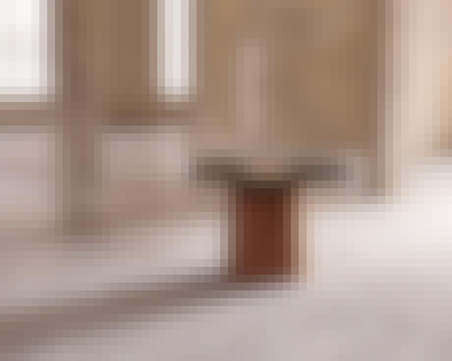 Unikt rundt spisebord med marmor og kork fra Frama