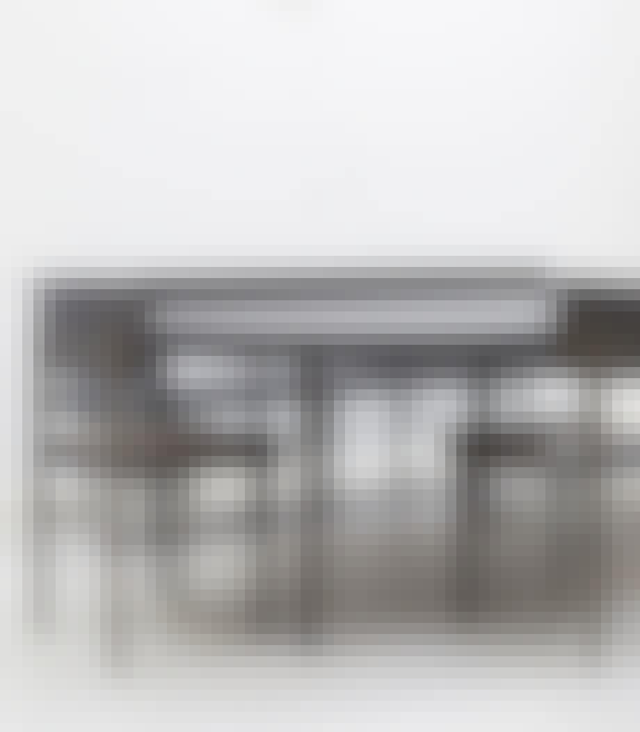 Minimalistisk rundt spisebord med tillægsplader, der skaber et luftigt miljø