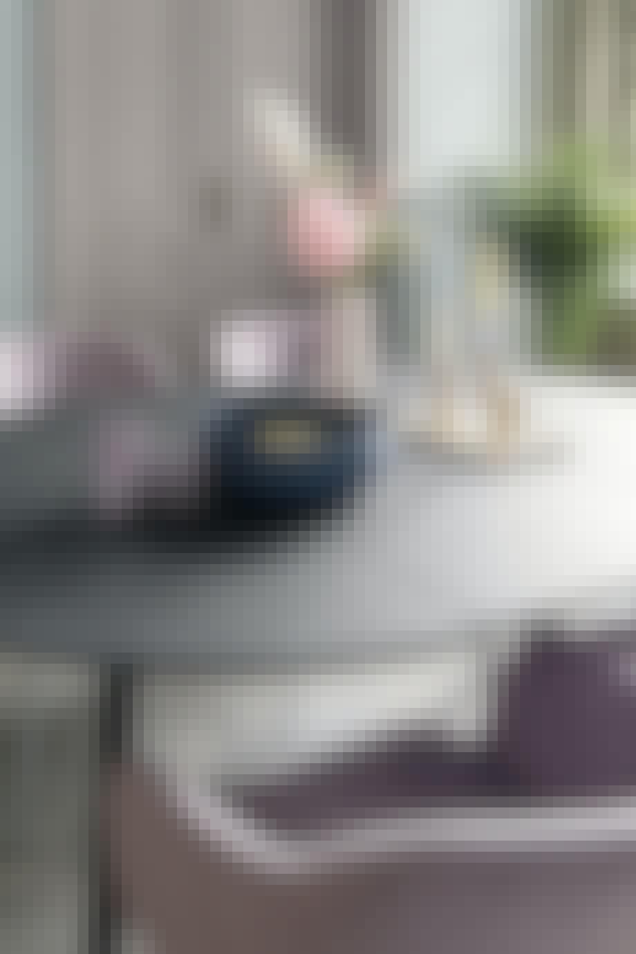 Kombiner det sorte runde, spisebord med et par farverige stole