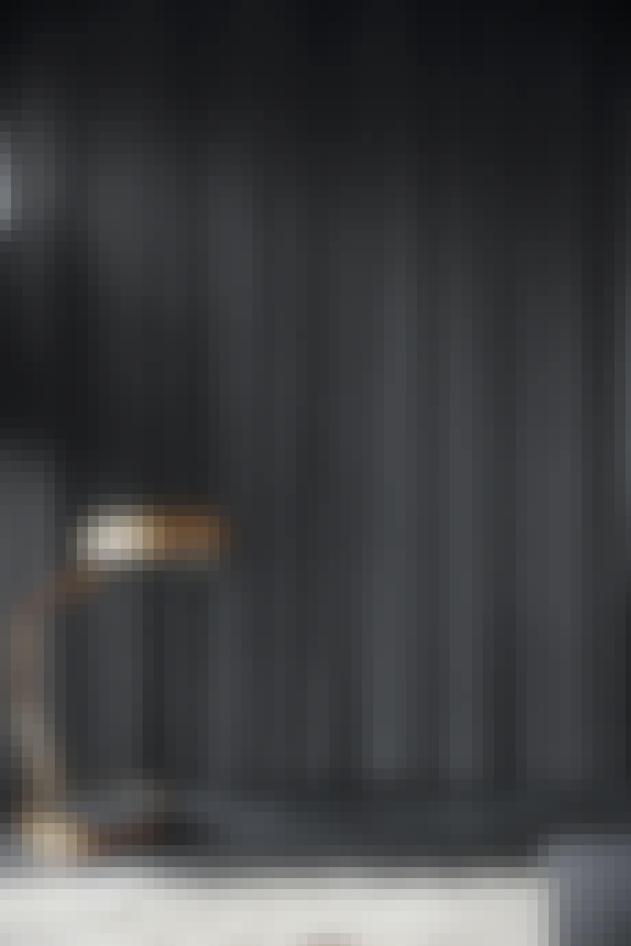 Kobberlampe foran mørkt gardin