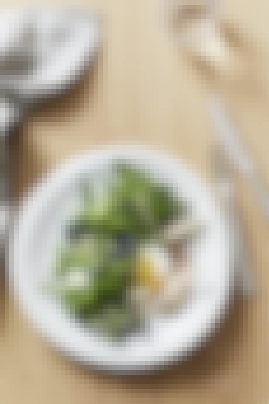 Salat med røget sild og pocheret æg