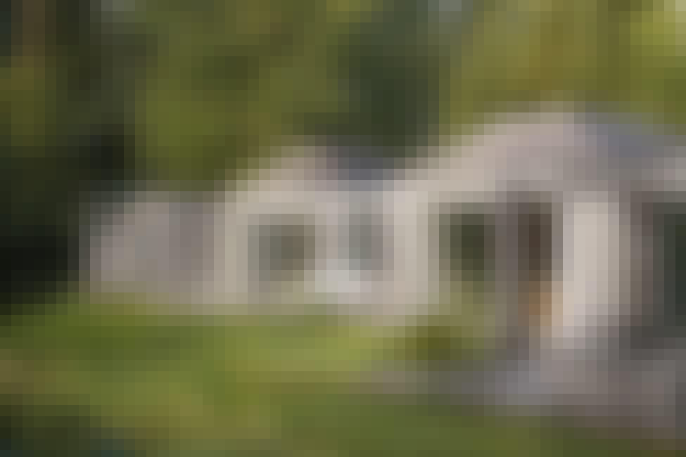 Den langstrakte hytten imponerer med sin spesialbygde innredning og skylight
