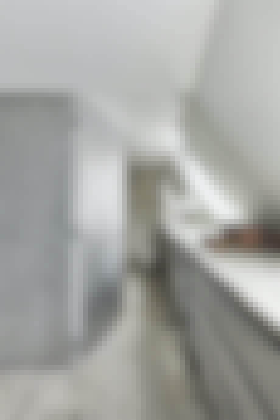 Kig til badeværelset med gulv af sølvtravertin.