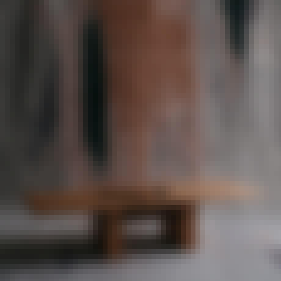 Bord fra møbelkollektionen Case Study 01.