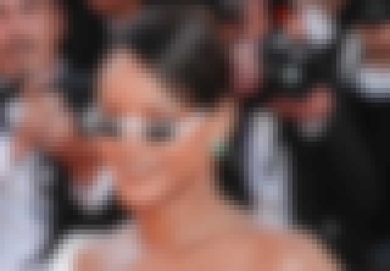 Rihanna i smalle hvide solbriller