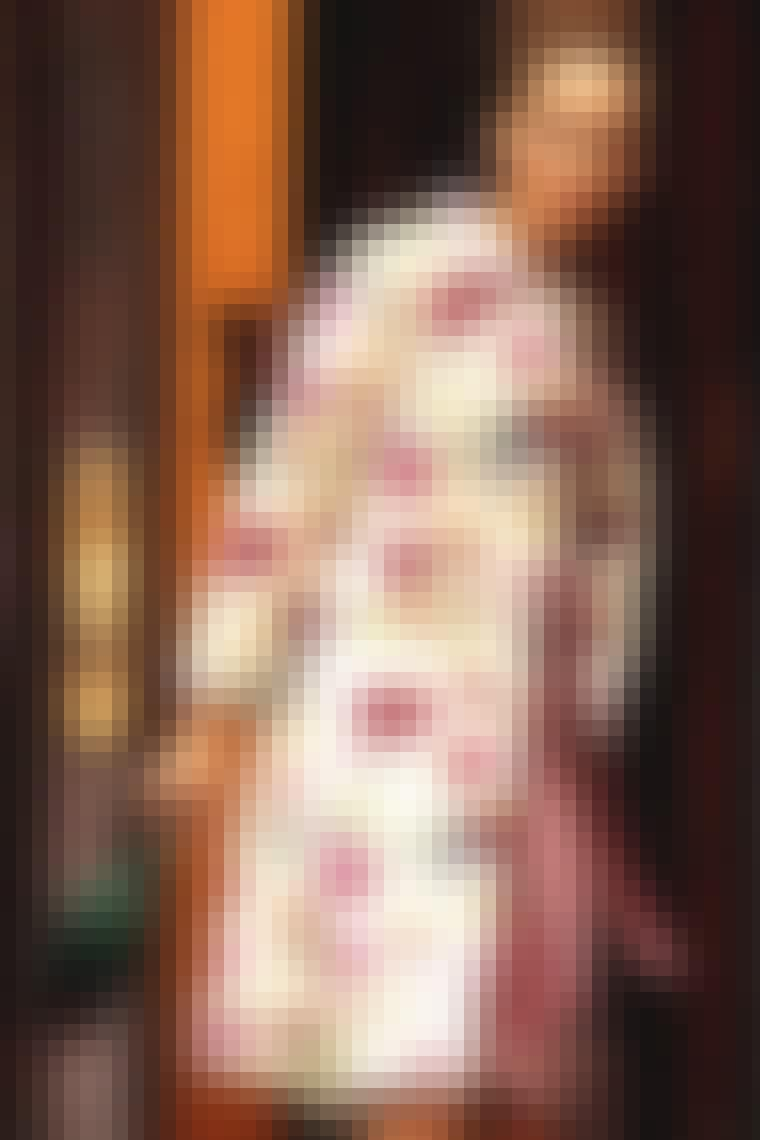 5. Blomstret frakke over feminin kjole