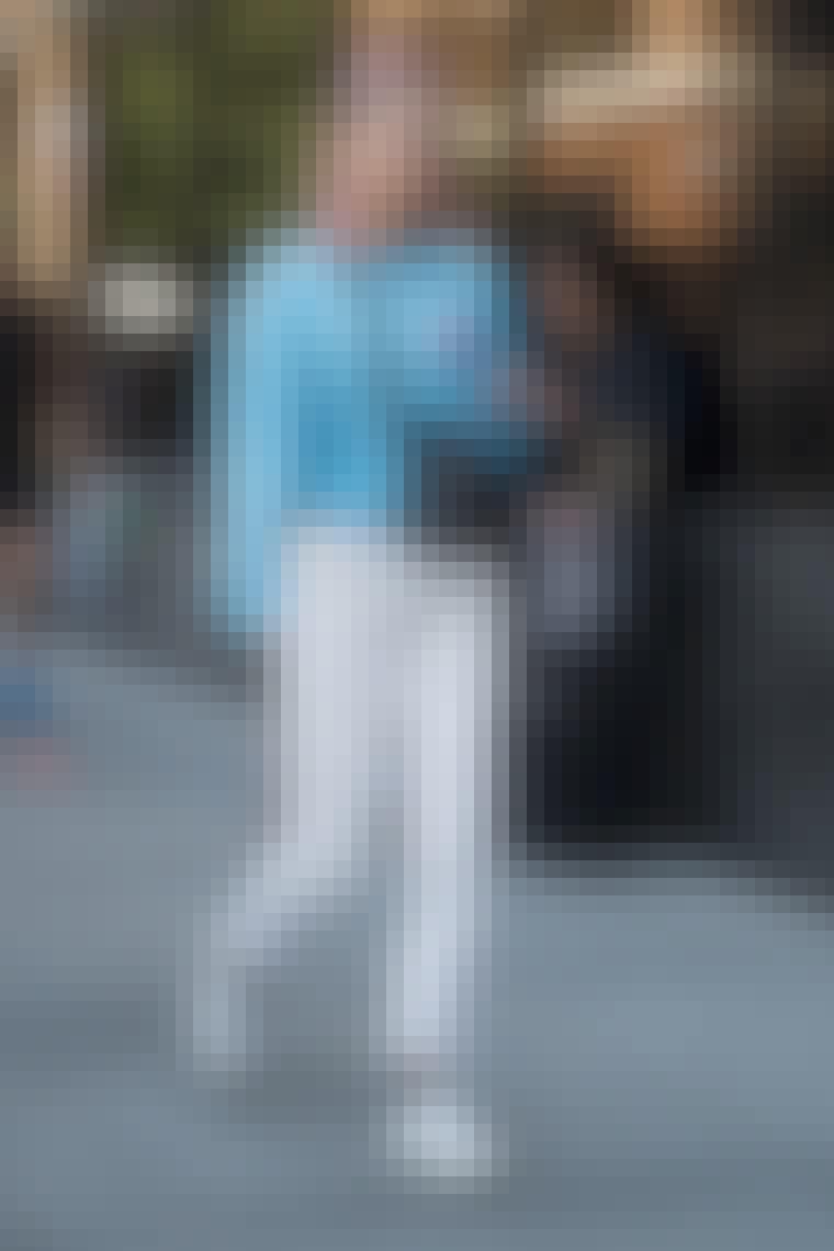 jeans med sweater og sneakers