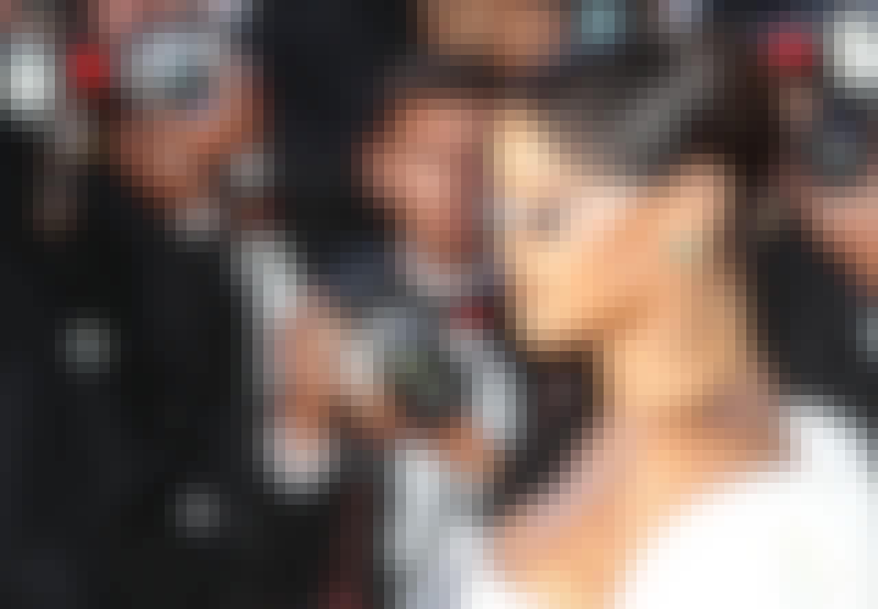 Rihanna i smalle briller og skørt modetøj