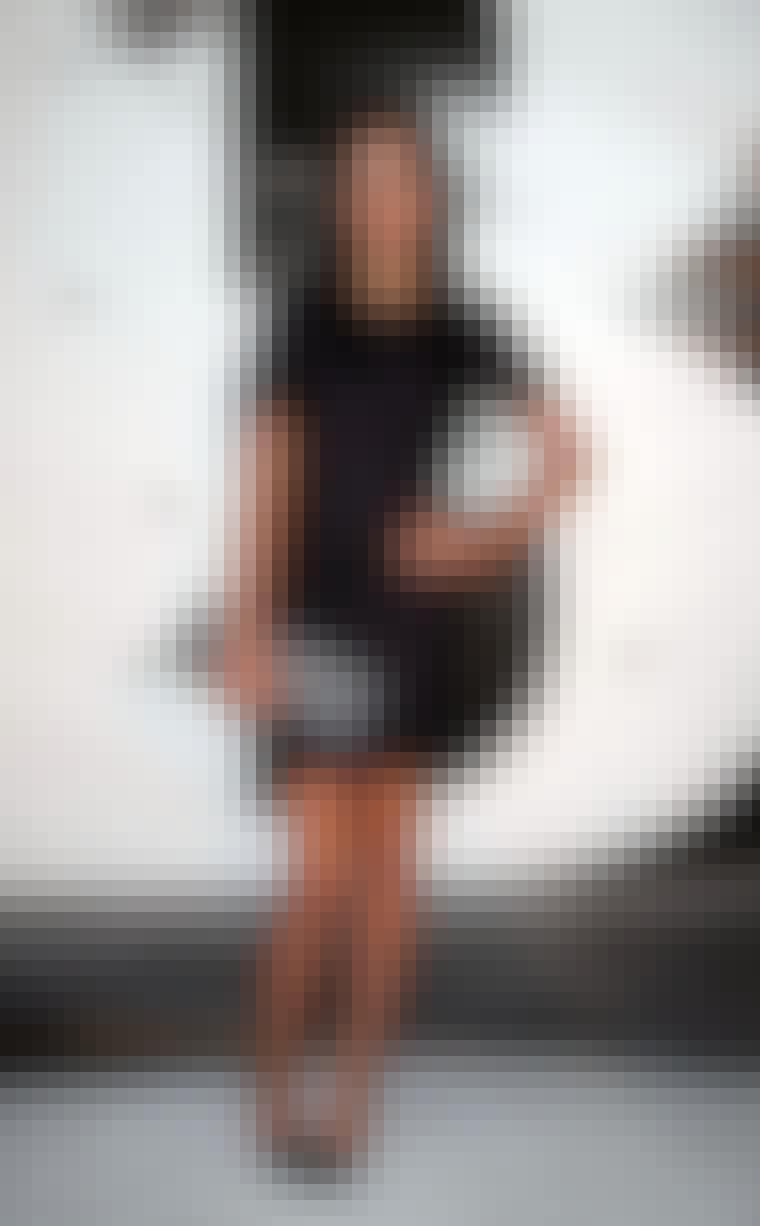 Den kule dj-en Leigh Lezark poserer ofte i svarte kjoler. Her går hun for en helt mørk og skarp look med svart kjole, negler og sko.