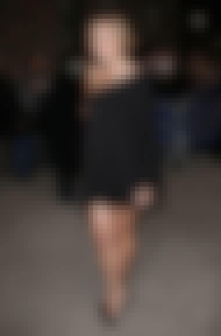 En av de store tendensene denne sesongen er asymmetriske kjoler. Her er skuespilleren Lauren Conrad i en svart, kort og løs variant.