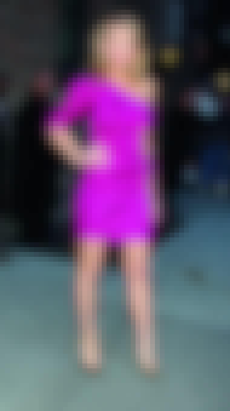 Ønsker du å skille deg ut på festen bør du gå for en fargerik kjole. Her er skuespilleren Blake Lively i en knallfarget, asymmetrisk variant.