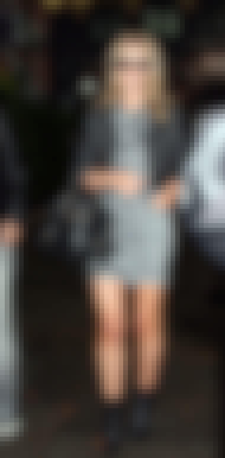 Nicky Hilton ankom moteuken i New York iført steinvasket denimkjole og skinnjakke.