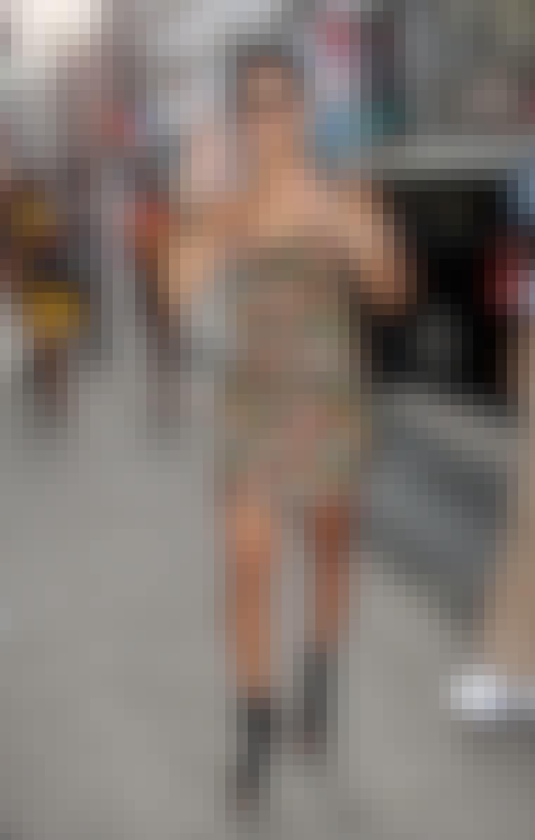 Rihanna i sommerlig kjole og høye sko.