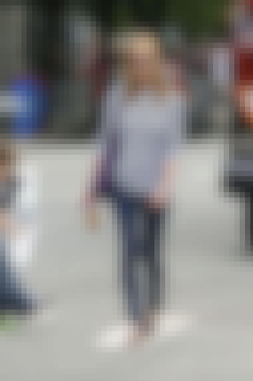 Kirsten Dunst velger en stripete genser og jeans på en overskyet dag.