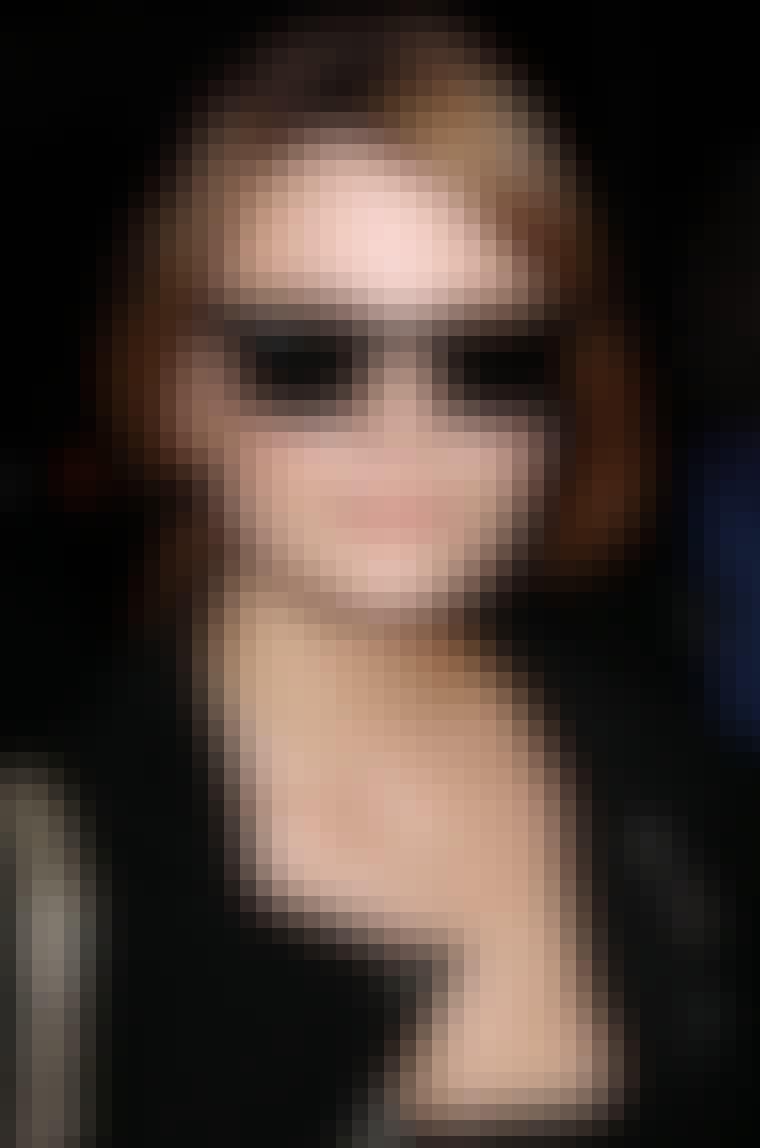 De svarte Ray-Ban Wayfarer-solbrillene til Mischa Barton kler henne perfekt.