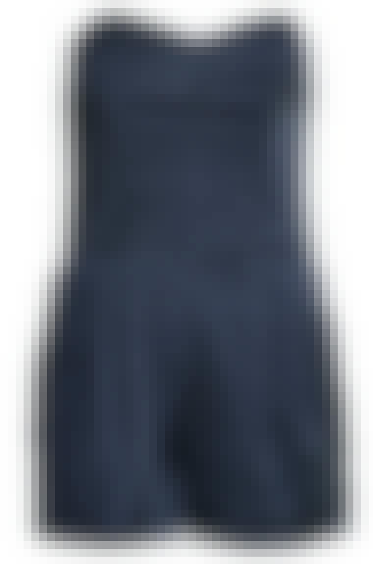 Ha en pudderfarget blazer over buksedrakten på en kjølig sommerkveld. Buksedrakt fra H&M, ca. 359 kroner.