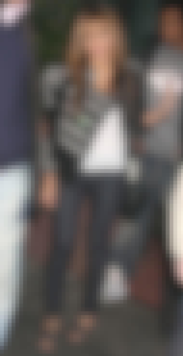 Beyonce mikser den rå Balmain-jakken med jeans og en avslappet t-skjorte.
