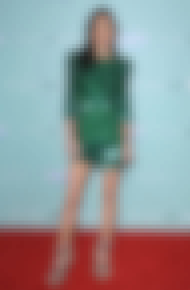Jennifer Connelly i Balmains flaskegrønne, glitrende kjole og de etterhvert så kjente Balmain-naglesandalene.
