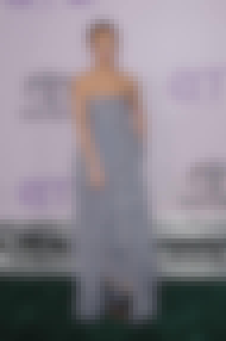 Nicole Richie viser frem tærne med sine svarte stroppesko under den lange kjolen.