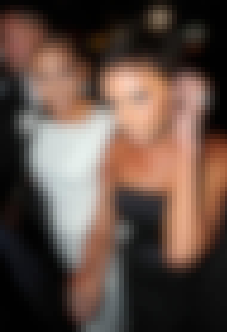 Victoria Beckham fikk mye oppmerksomhet for sin nye pixiefrisyre, som hun viste frem i anledning Marc Jacobs moteshow i New York. Under visningen satt hun forøvrig på første rad sammen med venninnen Jennifer Lopez.