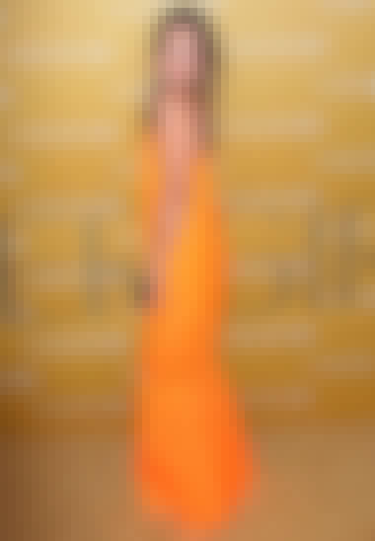 Skuespillerinden Drew Barrymore i gulvlang mandarin-farvet kjole fra Jil Sander.