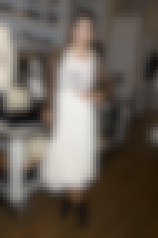 Stilikoner som Alexa Chung (billedet), Sarah Jessica Parker og Diane Kruger er denne sæson faldet for nederdele og kjoler, der skærer under knæet. Du kan bruge den nye og feminine længde både til casual cardigans, feminine...