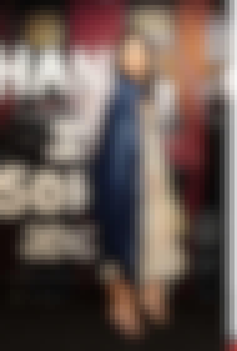 Model Daisy Lowe kombinerer to af sæsonens tendenser: Den lange nederdel og velour.