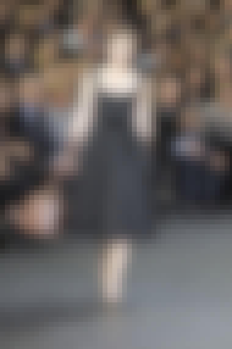 Kjole, der skærer under knæet hos Louis Vuitton efterår/vinter 2010.
