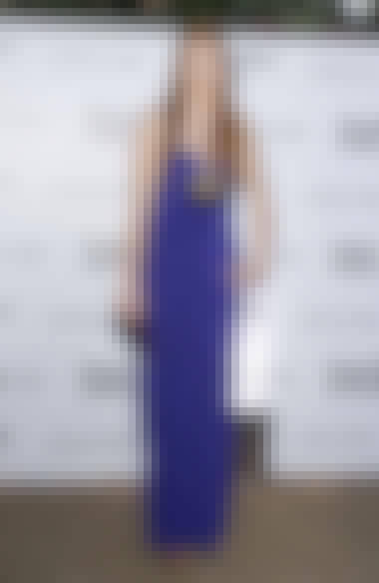 Model og skuespillerinde Lily Cole i lilla kjole med gulddetaljer.