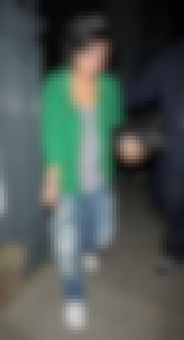 Sangerinden Lily Allen i flot grøn ruskindsjakke fra en tidligere Acne-kollektion.