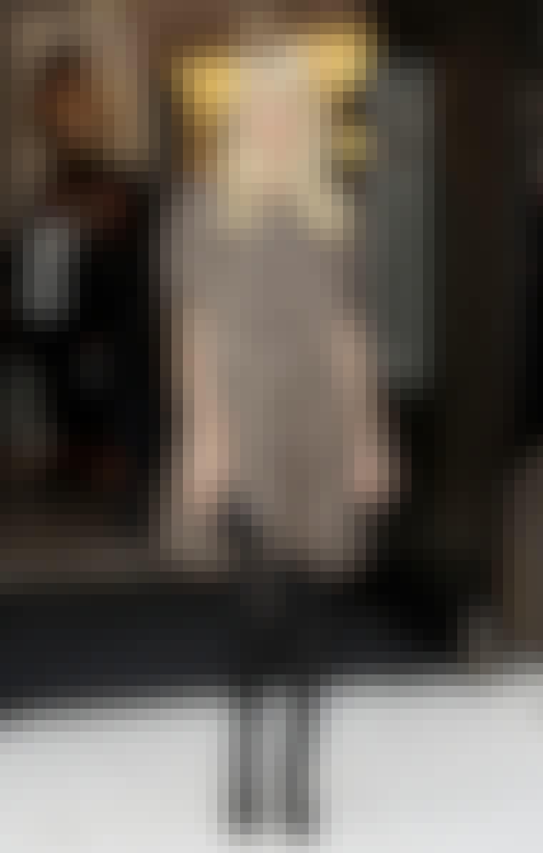 Supermodellen Claudia Schiffer har valgt en leopardplettet kjole i et løst snit og har sat sorte strømper og accessories til.