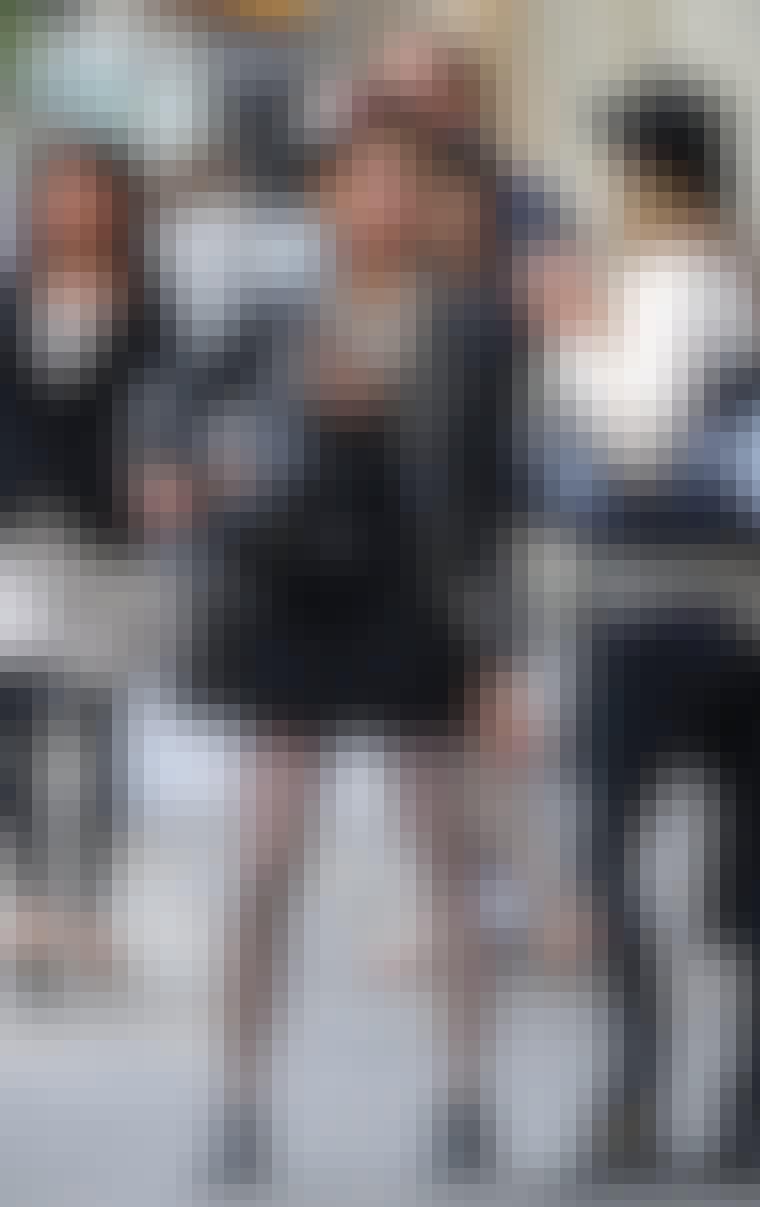 It-girl Peaches Geldof har sat leopardpletter til en rå læderjakke med nitter. Bemærk, at veninden til højre har en Mulberry Bayswater-taske med leopardpletter.
