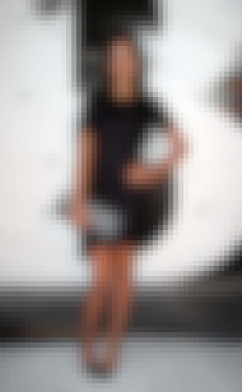 Den cool amerikanske dj Lezark Leigh poserer ofte i sorte kjoler. Her går hun efter et helt mørkt og skarpt look med sort kjole og sorte negle samt sko.