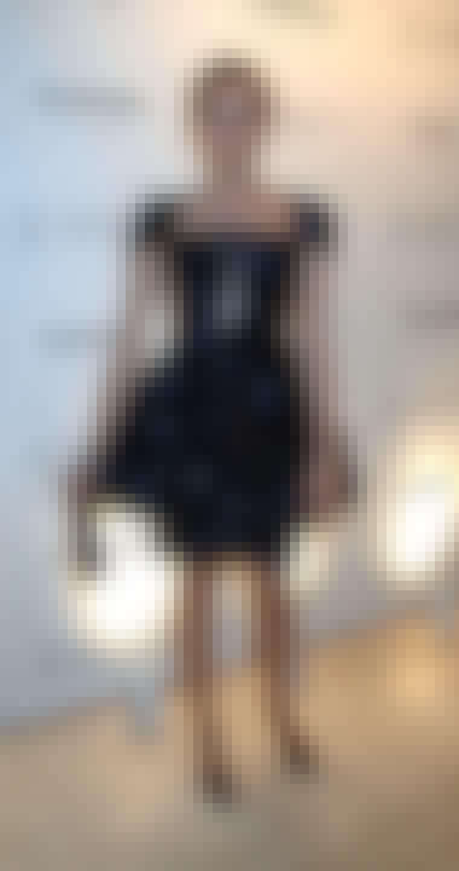 Den smukke skuespillerinde Diane Kruger har kombineret sin kjole med sus i skørtet med en lang rå halskæde og åbne sko, som gør udtrykket legende let.