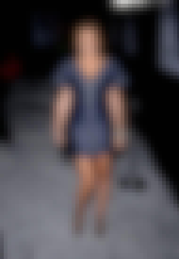 Gossip Girl-skuespillerinden Leighton Meester i kjole med synlig lynlås fortil.