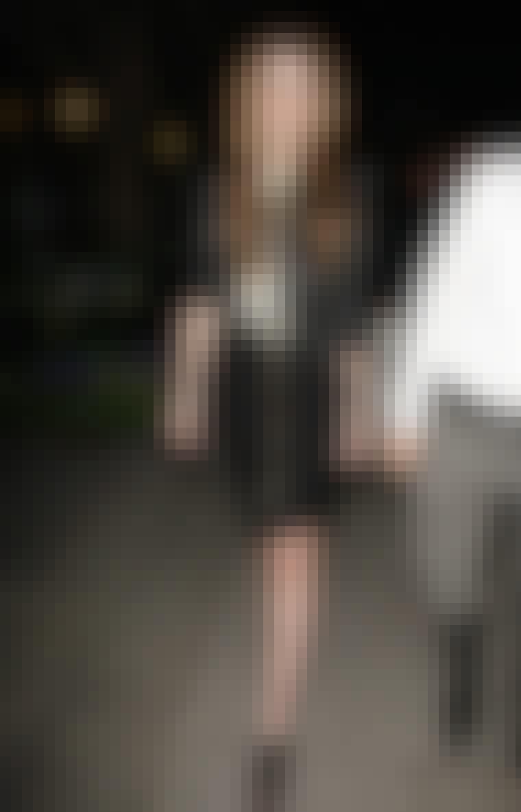 Få et gennemført råt look som skuespillerinden Mischa Barton ved at kombinere en nederdel med lynlås med nittestøvler og en læderjakke.