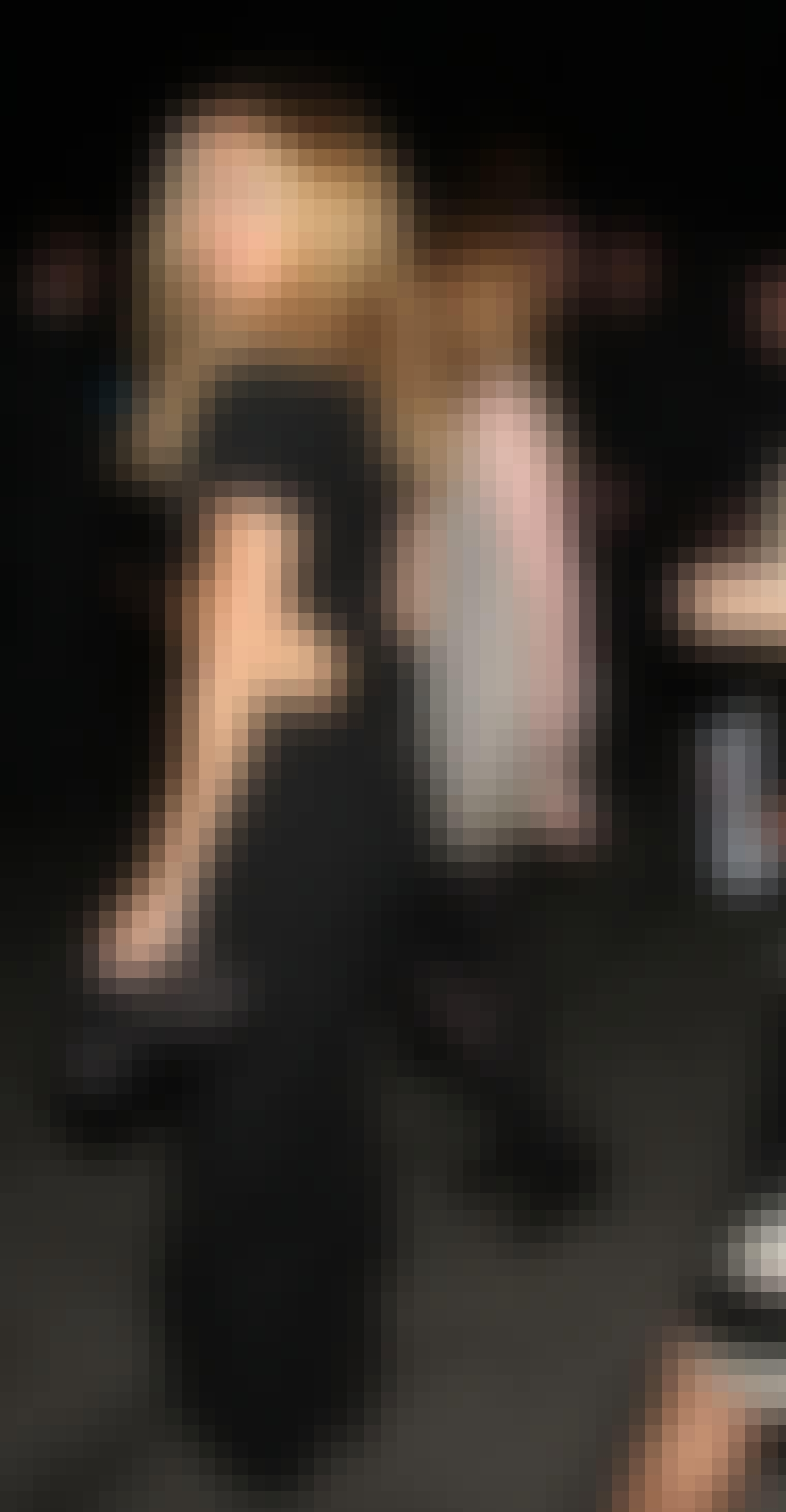 Filmstjernen Kate Hudson i en gulvlang sort kjole med kig til maveskind og synlig lynlås bagtil.