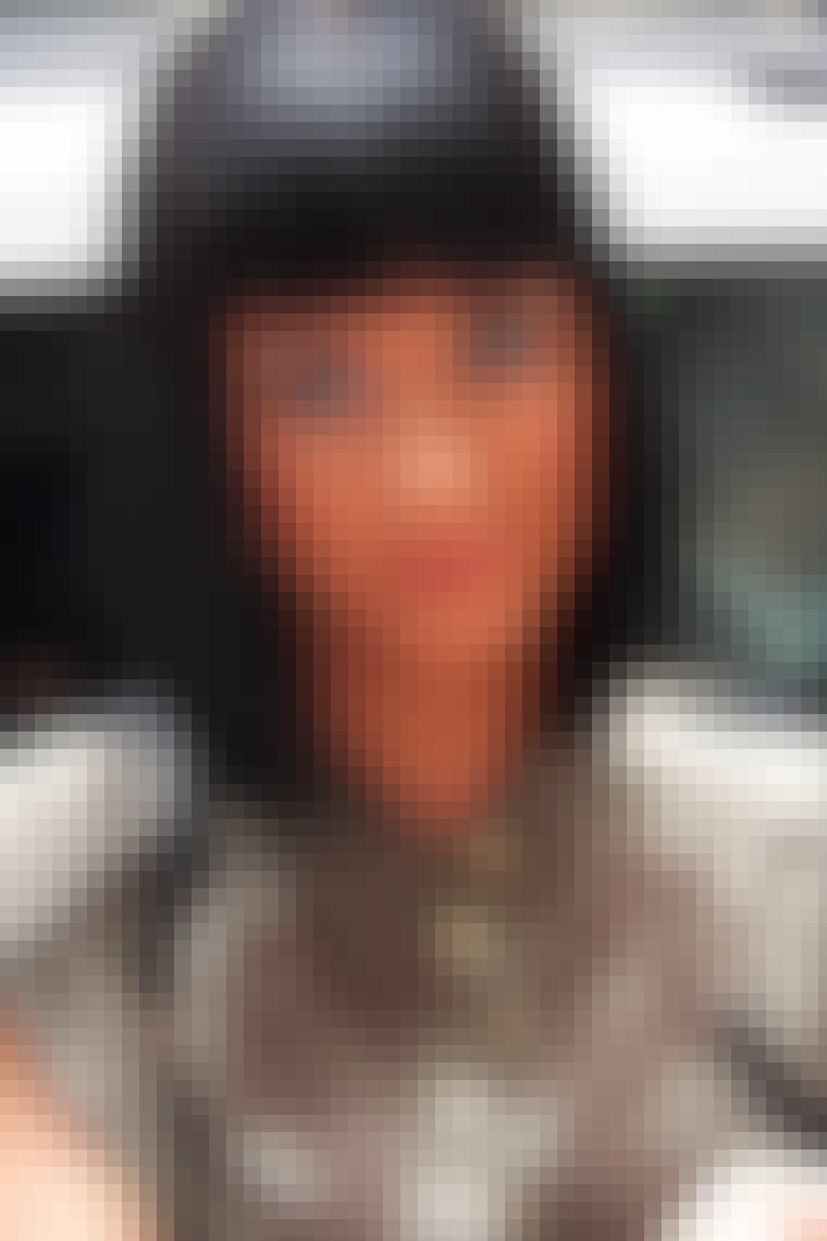 Sangerinde Katy Perry har hår så sort som ibenholt og så glat, at der ikke sidder et hår forkert. Der er ingen tvivl om, at hun har haft gang i glattejernet.