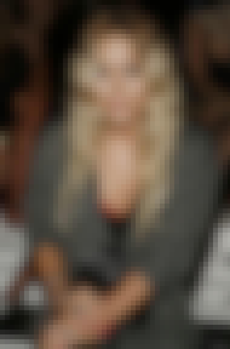 Bliv boho-chic som skuespillerinde Mary Kate Olsen, og lav midterskilning i din frisure med bløde krøller.