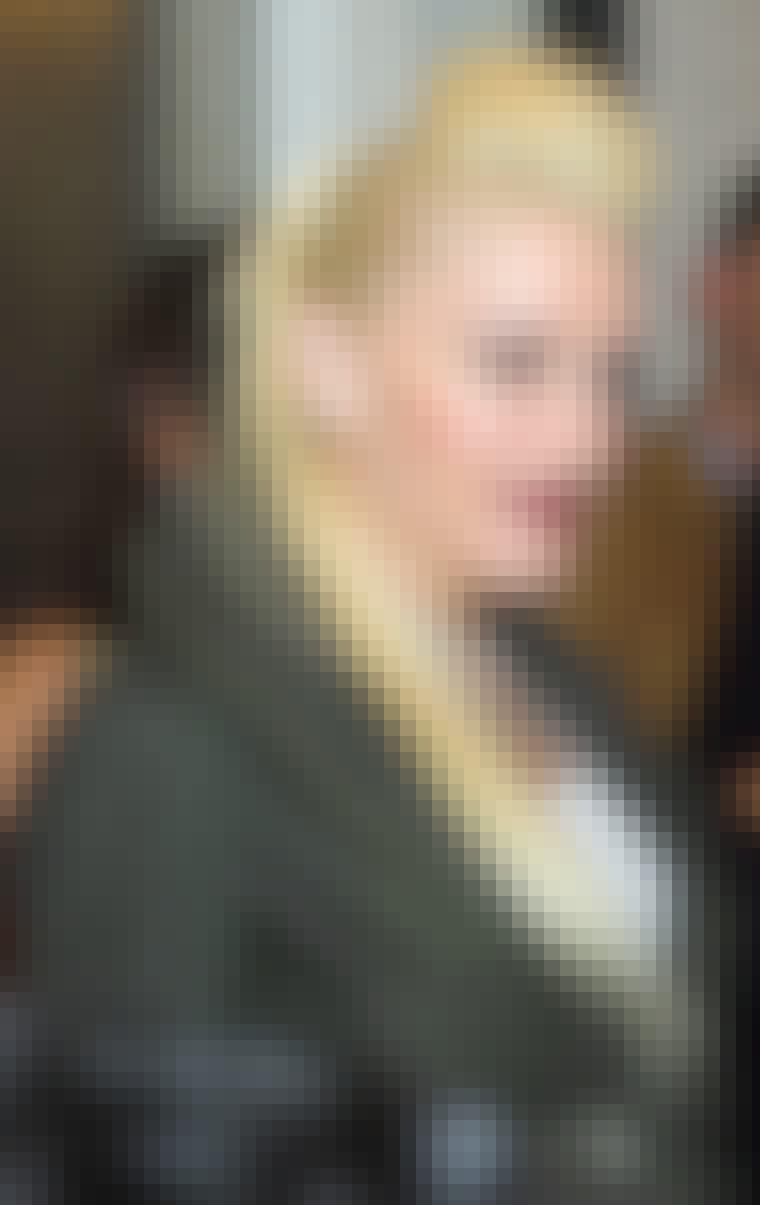 Op med håret. Sangerinde Gwen Stefani er ikke ked af at blive fem centimeter højere og skaber opmærksomhed med røde læber og usædvanligt lyst hår.