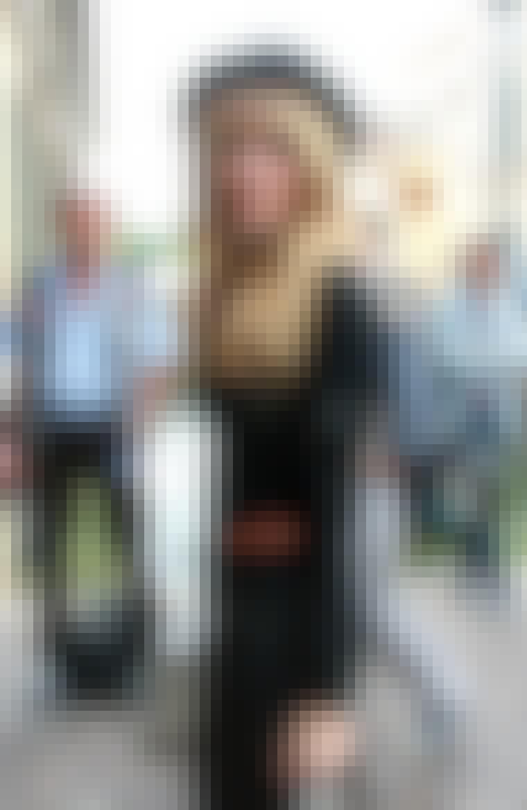 Skuespillerinde Mischa Barton er nutidens Marianne Faithfull med sit tunge pandehår og lange hår. Hun mangler bare guitaren under den ene arm og Mick Jagger under den anden for at fuldende looket.