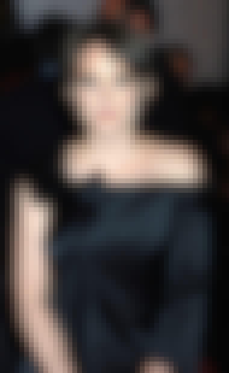 Skuespillerinde Winona Ryder er fuld af sødme med sit mørke korte hår.