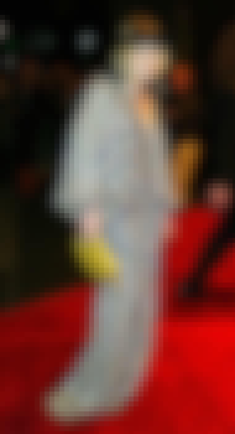 Skuespillerinden Mary-Kate Olsen er kendt for at mikse forskellige stilarter. Her kombinerer hun i en farverig oversize kjole med et stort sort hårbånd.