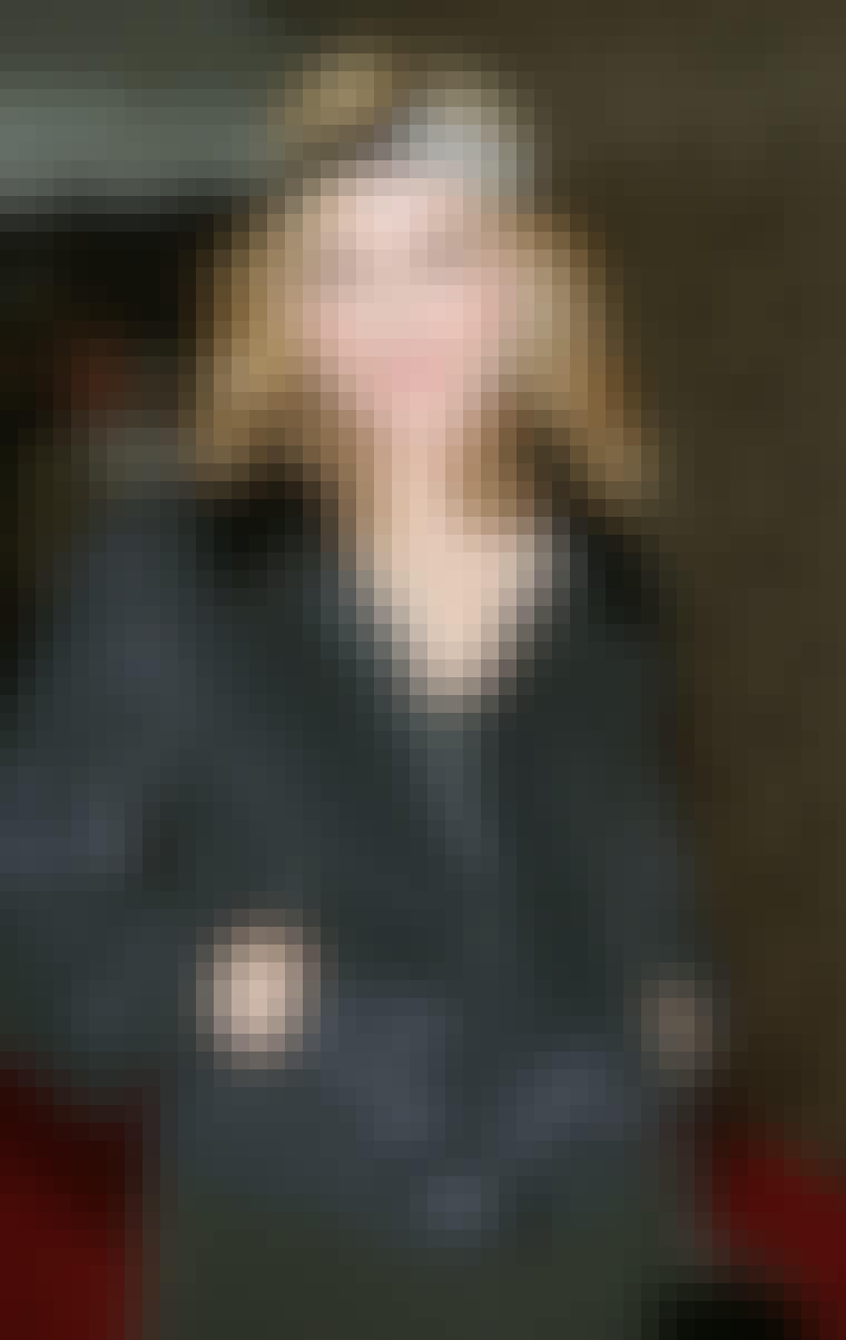 Madonna fremhæver sine bløde krøller med et bredt hårbånd.