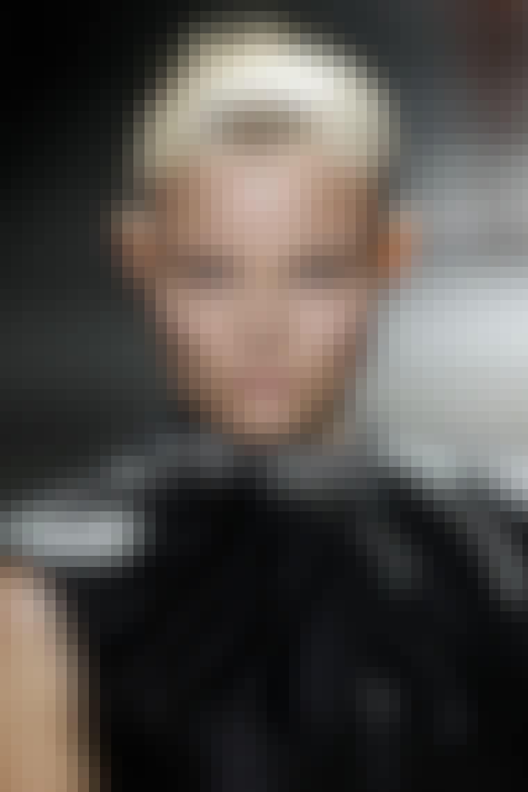 GRAFISK: Tydelige linjer og kulsort farve rundt om øjnene blev vist på catwalkene for foråret og sommeren. Tænk kulsorte øjenlåg med skarpe kanter sammen med hvid eyeliner eller tydelige e...