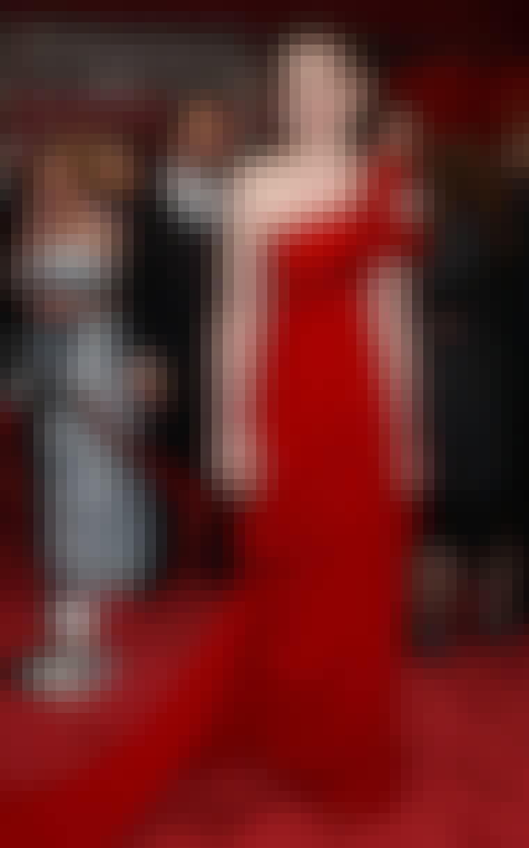 MARCHESA: Især er Anne Hathaway i sin blodrøde asymmetriske Marchesa-kjole mod hendes snehvide hud og mørke hår til årets Oscar-uddeling uforglemmelig