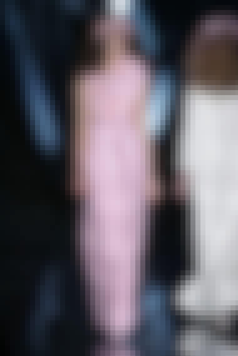 Christian Dior står for feminint og sofistikeret design - præcis lige som dengang Monsieur Dior selv stod i spidsen for sit modehus. Enkle cocktailkjoler i lyse nuancer af skinnende og changerende materialer, corsagekjoler med A-skørter af lag på lag a...